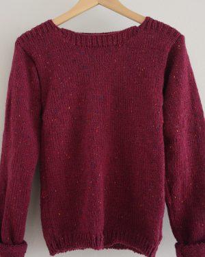 pruimrode trui tegen lichte achtergrond
